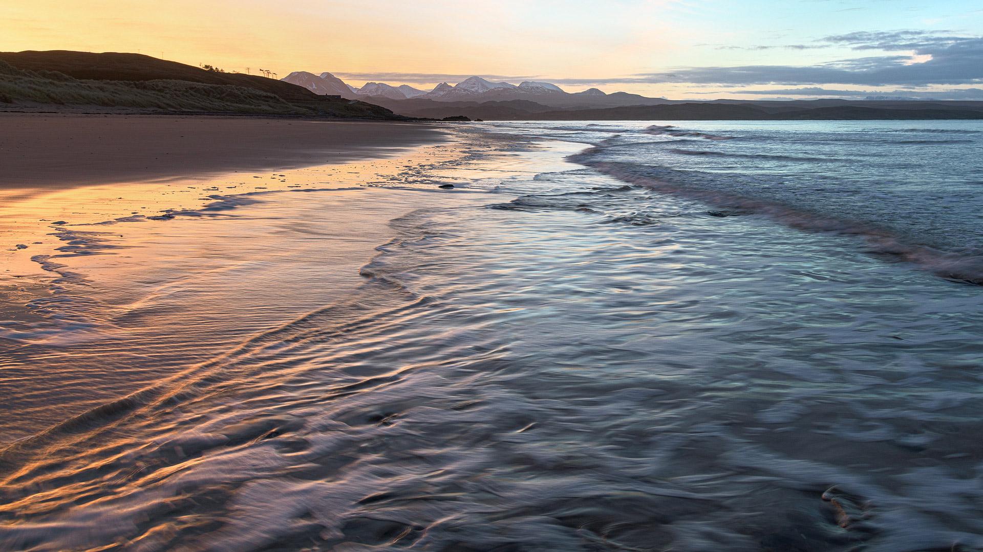Sonnenaufgang am Strand von Big Sand mit Blicken auf die Berge von Torridon