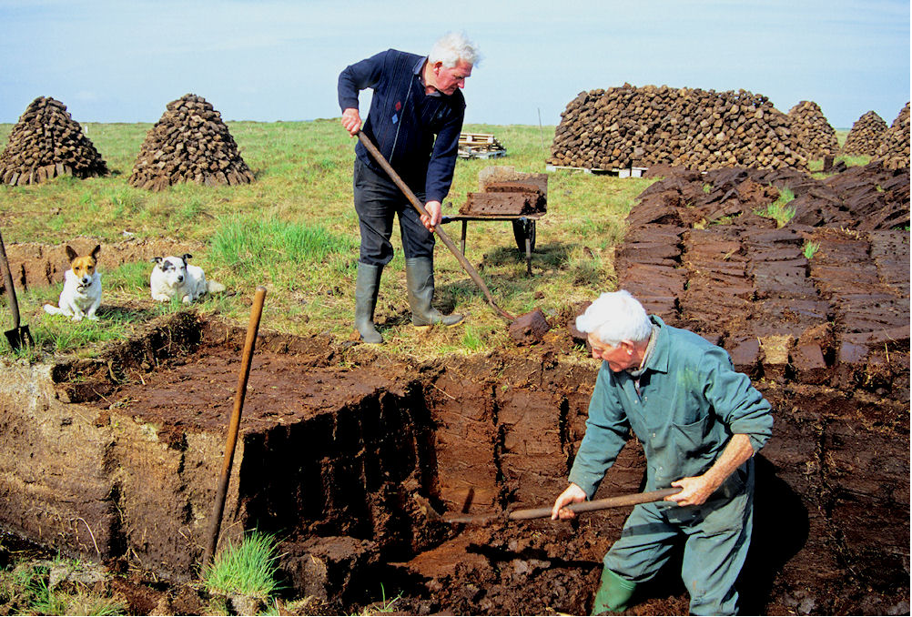 Peat Stackers courtesy of Orkney Library