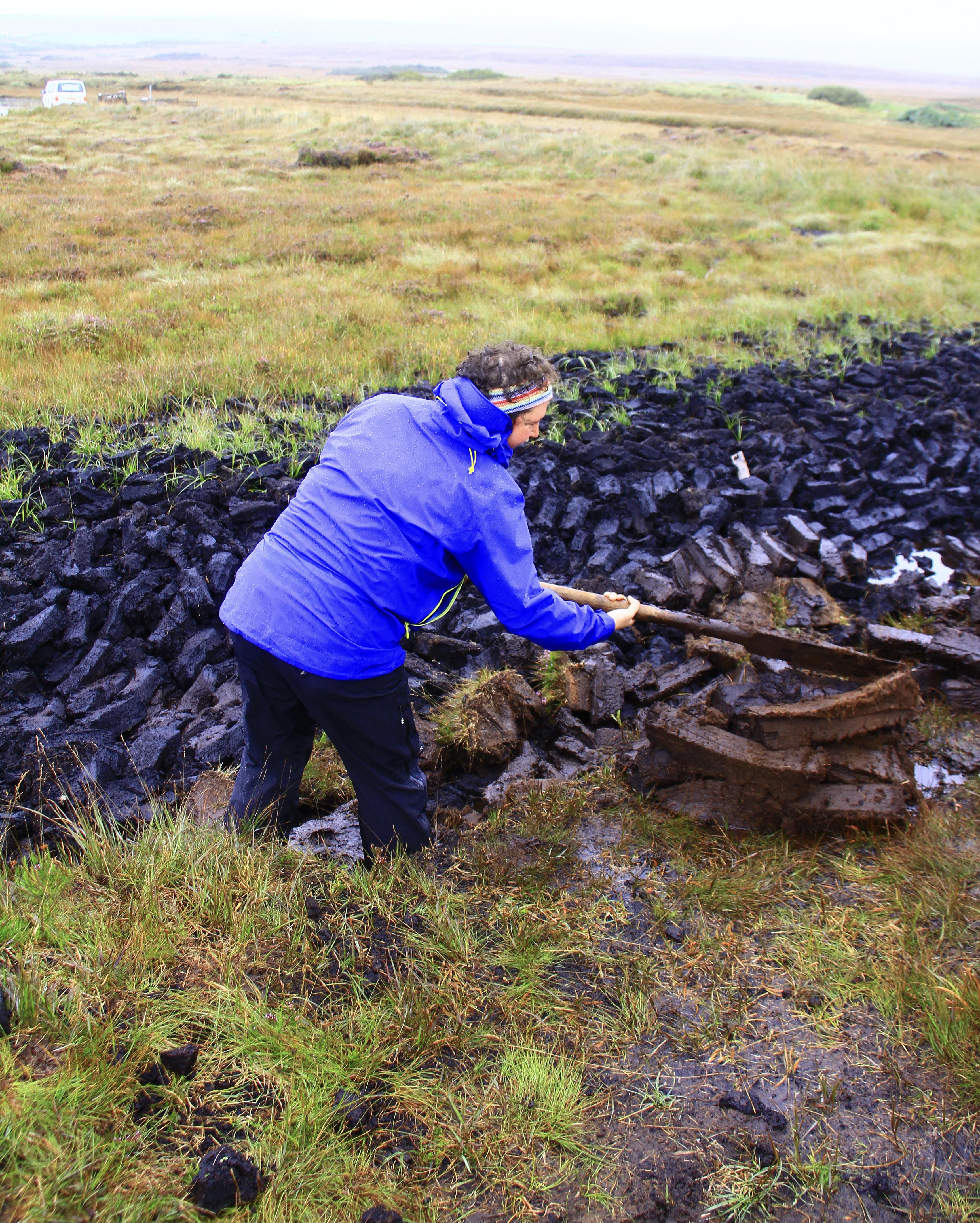 Stef sticht Torf auf Islay