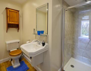 Badezimmer mit Bad und separater Dusche