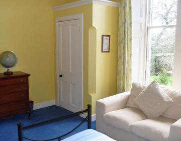großzügiges Zweibettzimmer mit Wandschrank