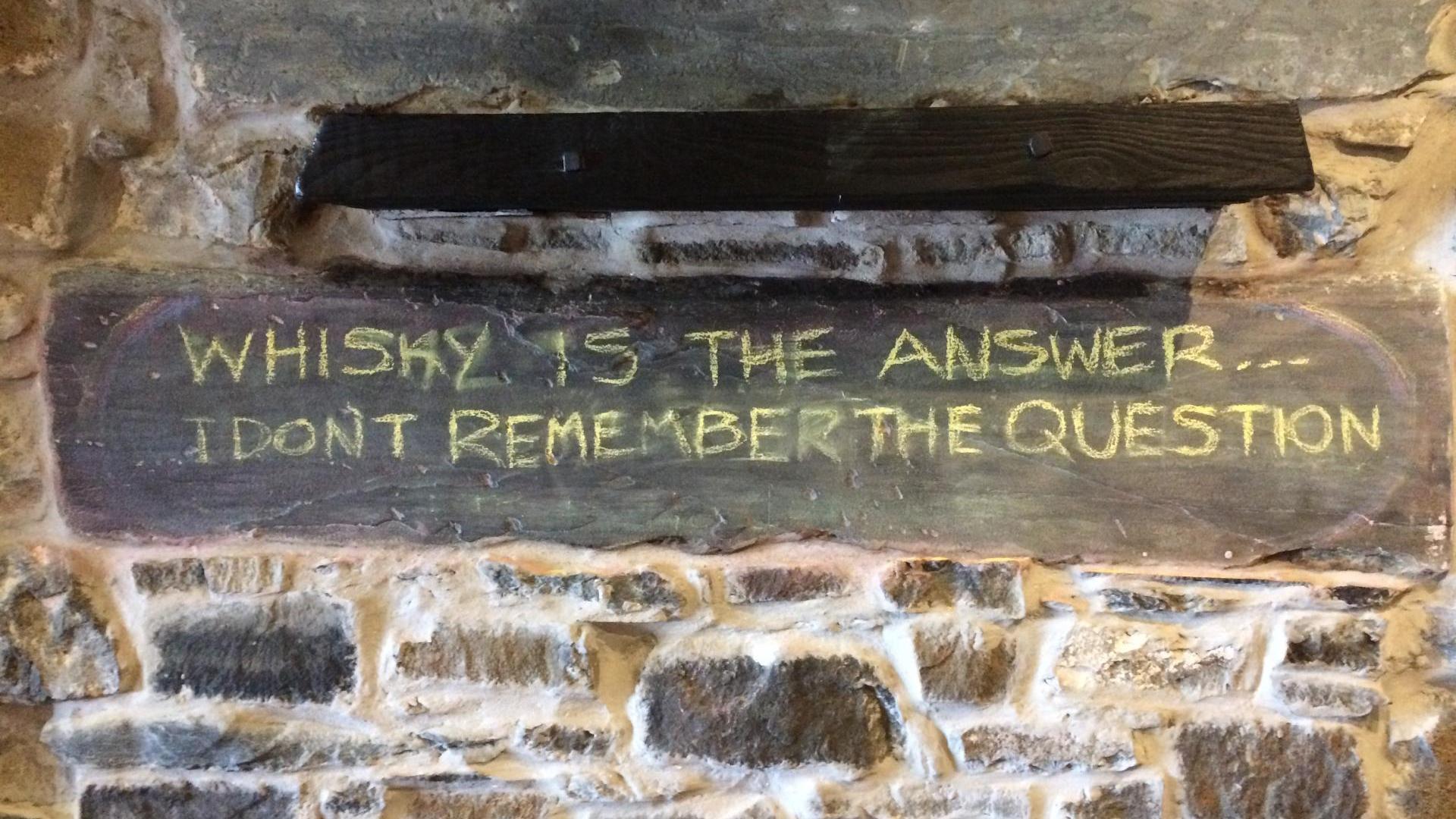 In der Lochside Bar, Bowmore, Insel Islay.