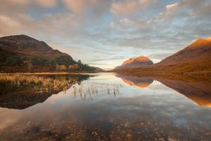 Spielgelungen bei Sonnenaufgang, Liathach, Loch Clair