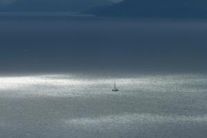 Silbriges Licht an der Küste